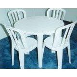 Talheres e mesa redonda com cadeiras no Jardim Vale da Ribeira
